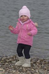 Kleines Mädchen am Wasser