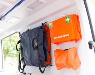 Verbandskasten in einem Rettungswagen