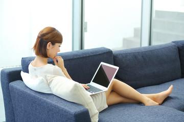 ソファに座る若い女性