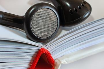 Аудиокниги. Наушники на раскрытой книге