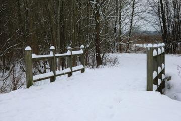 Holzbrücke im Schnee