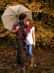 Couple au parapluie en automne