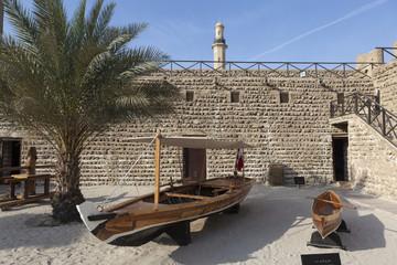 Рыбацкие лодки во внутреннем дворе Крепость аль-Фахиди. Дубай