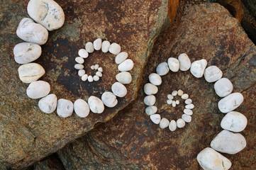 Zwei esoterische Spiralen auf einem Felsen