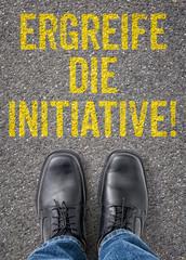 Text auf Boden - Ergreife die Initiative