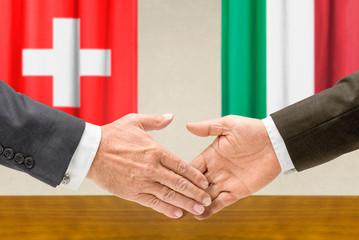 Vertreter der Schweiz und Italiens reichen sich die Hand