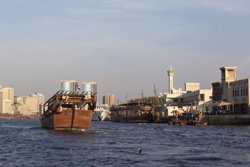 Корабли и лодки в заливе Дубай Крик. ОАЭ