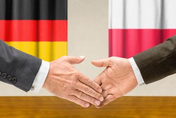 Vertreter Deutschlands und Polens reichen sich die Hand