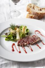 Gegrilltes Thunfisch-Steak auf einen Teller