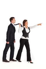 Frau ziehen einen Mann in einem Anzug