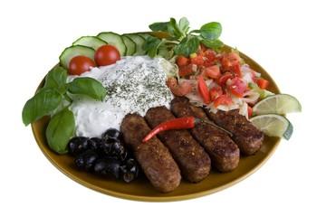 Mahlzeit mit Zaziki, Cevapcici und Salat