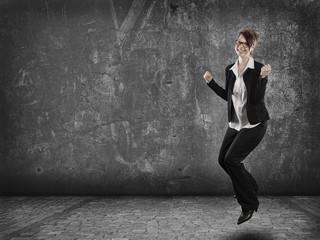 Frau springt vor freude