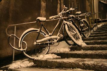 Biciclette coperte di neve