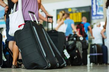 Menschenschlange in der Flughafenhalle