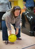 trisomique femme jouant bowling