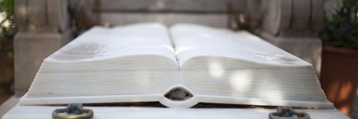 Escultura de libro blanco abierto