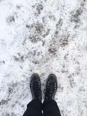 piedi su asfalto ghiacciato