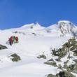 Alpinisten-Gruppe beim Aufstieg zum Gipfel