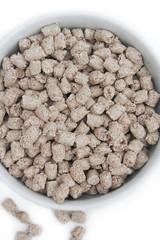 bon bon di crusca_ cereali per colazione su sfondo bianco