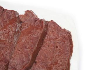 fette di fegato su piatto_ sfondo bianco