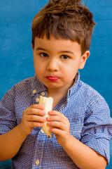 Kind isst eine Banane