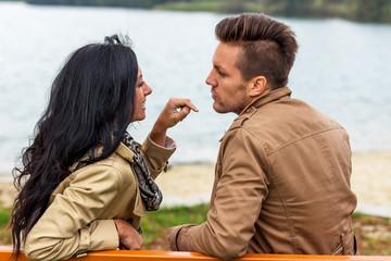 Verliebtes Paar auf einer Parkbank