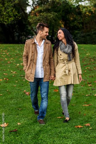 canvas print picture Verliebtes Paar in einem Park