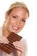 Frau mit einer Tafelschokolade