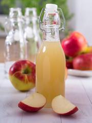 Apfelsaft in einer Flasche