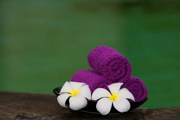 Asciugamani viola con francipani.