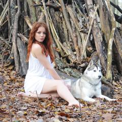 jeune femme et chien loup