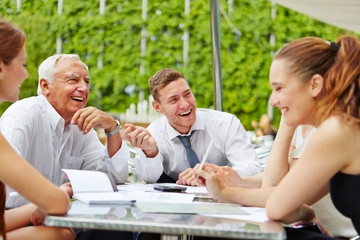 Business Team bei Planung in einer Besprechung
