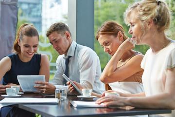 Geschäftsleute bei Zusammenarbeit am Tisch