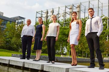 Dynamisches Business Team im Freien