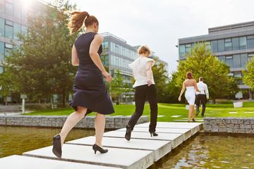 Geschäftsleute laufen über eine Brücke
