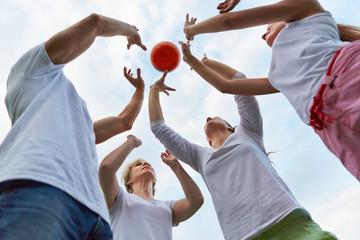 Familie beim gemeinsamen Ball spielen