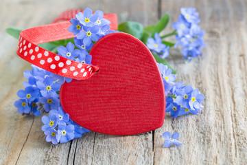 Rotes Herz und Blüten