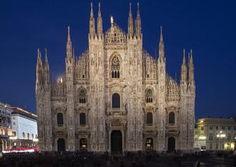 Duomo di Milano illuminato di sera