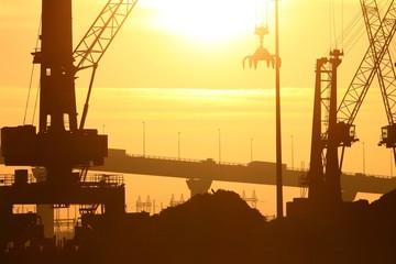 Soleil couchant sur site industriel
