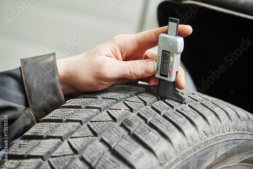 Leinwanddruck Bild car wheel protector measurement
