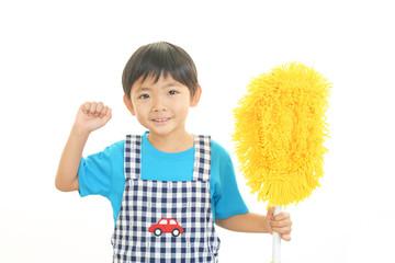 お掃除をする男の子