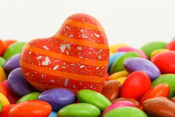 Schokolinsen und Herz als süsser Liebesgruss zum Valentinstag
