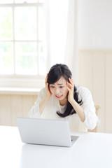 困る若い女性・ノートパソコン