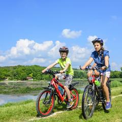 Junge und Mädchen beim radfahren