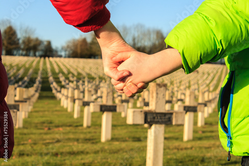 In de dag Begraafplaats children walk hand in hand for peace world war 1