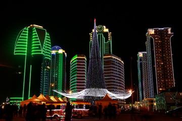 Новогодняя елка на фоне Грозный-Сити ночью