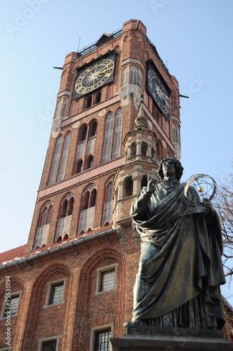 ratusz z pomnikiem Mikołaja Kopernika