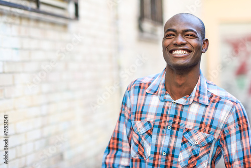 Black man wearing casual clothes in urban background - 75531341
