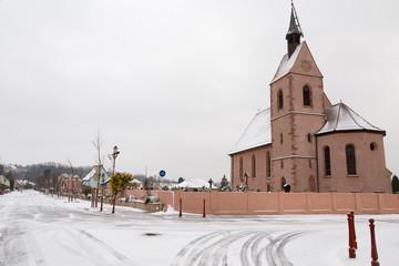 Eglise et rue du village en hiver