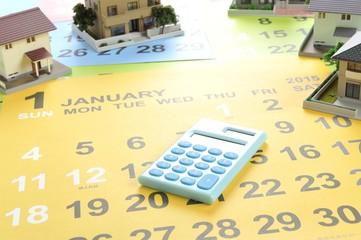 カレンダーと住宅と電卓